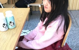 李亞鵬微博更新豪車內晒女兒,李嫣後面玩手機面相還有點嚇人