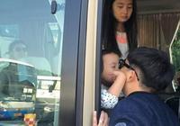 黃磊與小女兒吻別,大女兒多多的眼神才是亮點