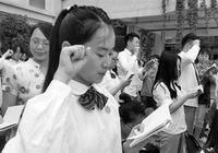 高三畢業生手持《憲法》宣誓