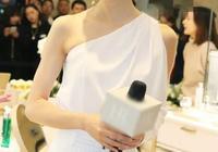 韓雪穿白色露肩長裙現身,身材曼妙如18歲少女引路人圍觀