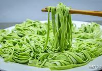 純手擀的菠菜麵條,現在年輕人都不做了,食材便宜,地道的家常飯