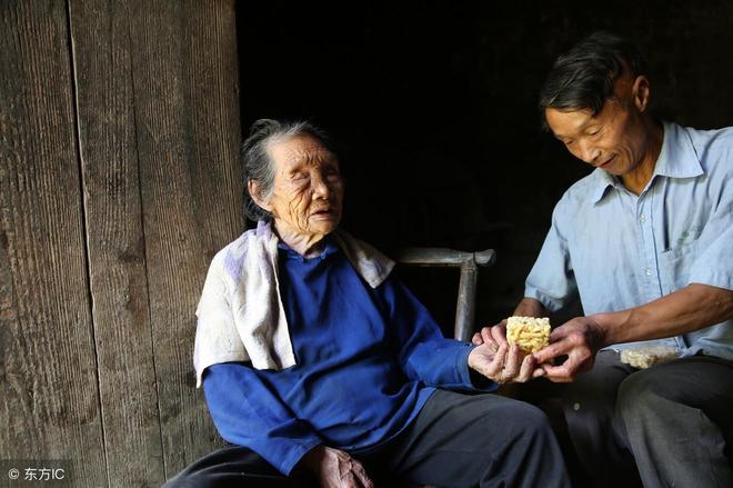 """54歲無房無車男子,照顧盲母20年,稱""""不接受娘,七仙女也不娶"""""""