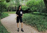 劉雯T恤短靴配5分褲,大長腿依舊搶鏡,網友:158以下別試穿