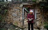 大山裡85歲老奶奶懸崖陡坡採草藥,有一群幹閨女她都叫不出名字