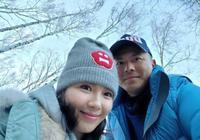 劉濤夫婦爬山秀恩愛,合影細節:這個老婆在婚姻裡很主動!