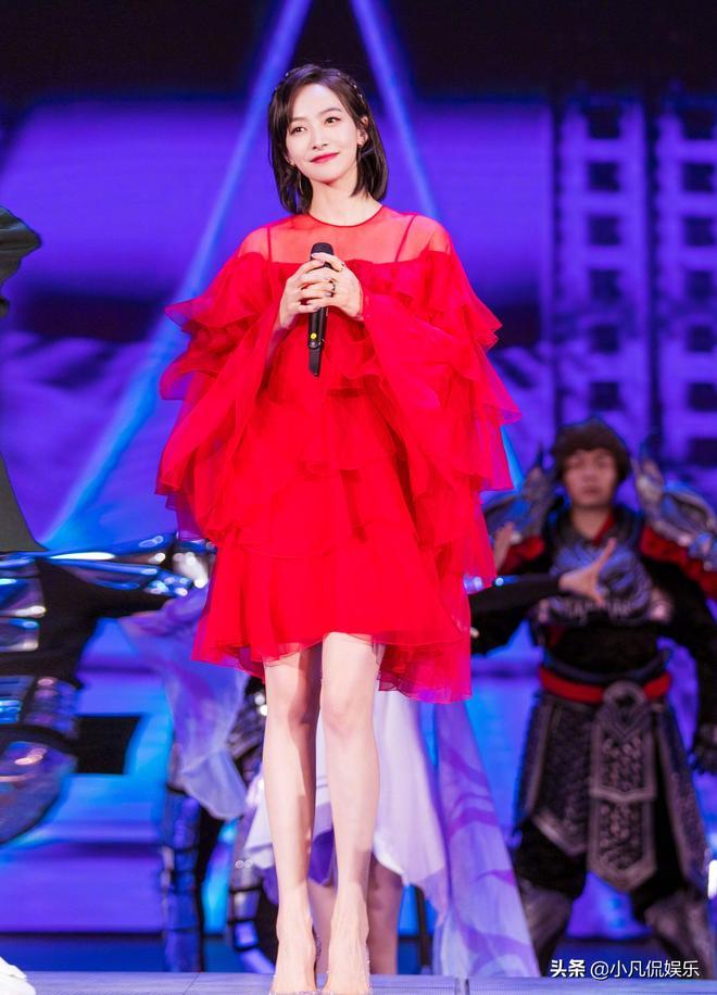宋茜一身大紅裙惹人眼,加上吸睛大長腿,美極了
