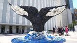 美國:聯合國總部大廈現巨型垃圾製造海洋生物雕塑
