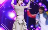 吳莫愁大膽肚臍裝出席活動,網友:她正常的裝扮也沒那麼醜!