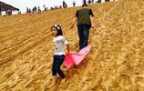 沙漠公園:租滑沙板生意火,一天收入過萬