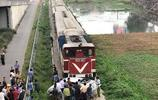 越南糊塗司機被快速火車撞上並推行50米,造成2人當場死亡3人重傷