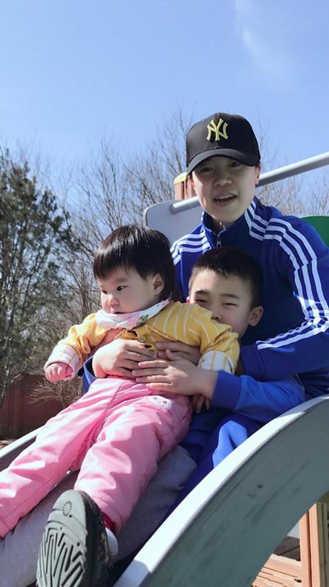 乒乓球冠軍王楠全家近照,曾患癌12年丈夫不離不棄,兒女雙全,人生贏家