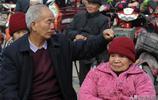 70歲老大爺從城裡趕回家,領90歲母親看戲,村民紛紛點贊