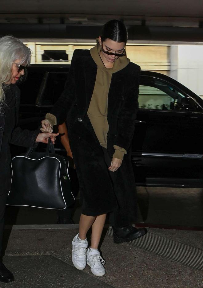 肯達爾·詹娜現身機場,毛絨大衣配運動短褲,這外型只要她能駕馭
