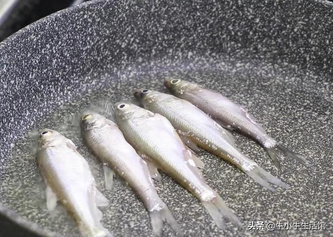農村大廚教你這樣做小河魚,比紅燒好吃10倍,太有創意了
