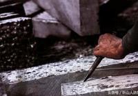 石匠誤入墳場,給死了百年的老人刻墓碑,還幫他找到後人