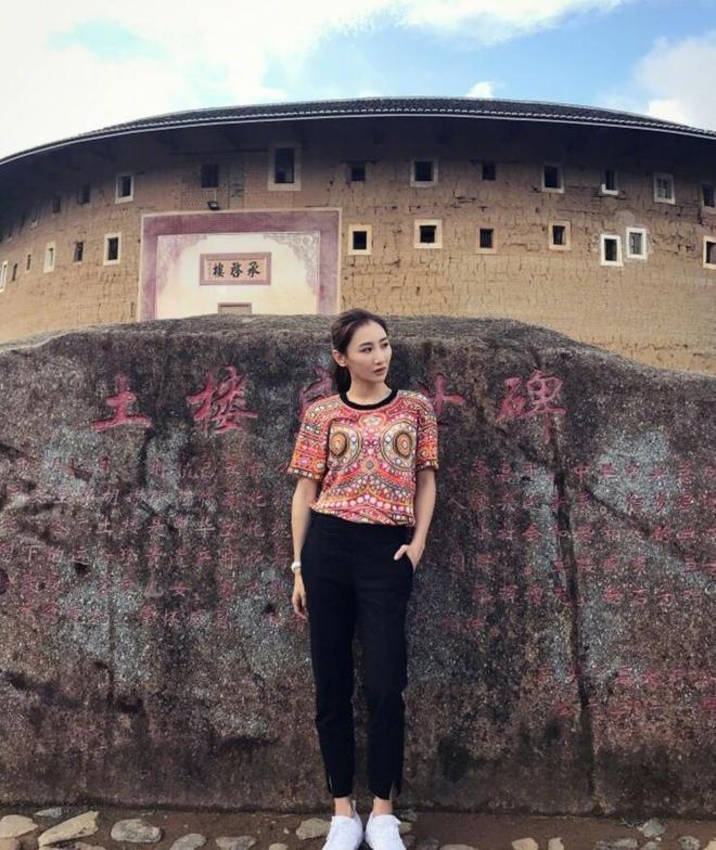 蹦床公主何雯娜晒出時尚大片,建築威武壯觀,網友:人美景美!