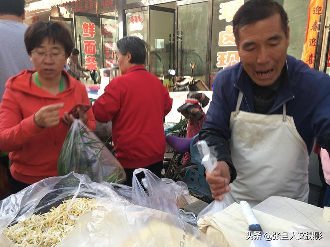 農村大叔進城做豆腐賣豆腐 用裝傻的招數賣 一天估計能賺上千元