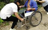 父親高位截肢,母親離家出走,姐妹倆每天推著殘疾父親上學