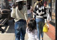 3歲醒醒會給媽媽章子怡拍照了,蹲地逗小狗,手上的玩具接地氣