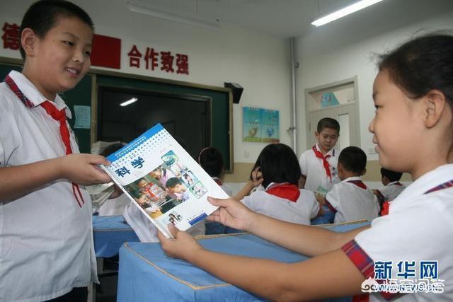 新學期開學,學校裡給孩子發舊書,作為家長你能接受嗎?