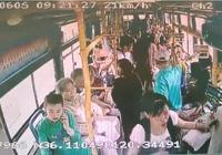 老人突發心臟病 青島378路公交乘客司機齊救助