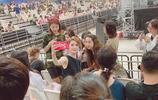 組圖:女友張馨月現身林峰演唱會 大方與粉絲合影似宣誓主權