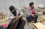 實拍安徽農村大集上,農民大叔用傳統手藝扎簸箕,畫面很溫暖
