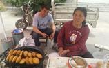 58歲農村大媽烈日下路邊賣油糕:倆兒娶媳婦買房要花錢,不幹不行