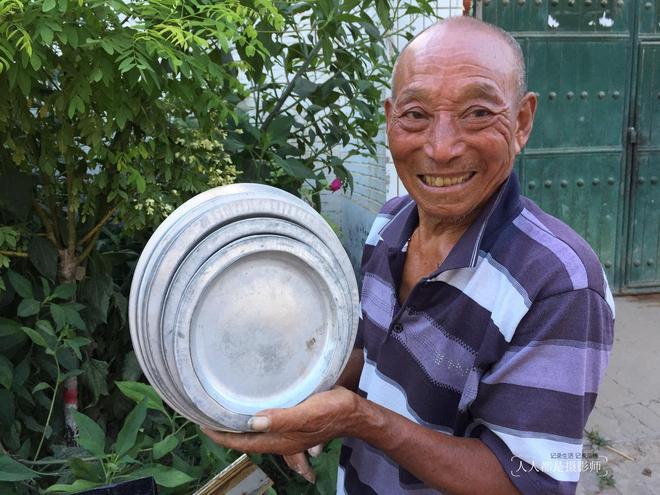 河北老漢純手工給鍋補窟窿,一口氣幹了44年,而今兒女不學他手藝