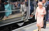 英女王伊麗莎白二世造訪火車站 粉紅套裝賽少女