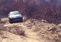 300萬蘭博基尼SUV過水坑、跑爛路?車主:這車沒那麼嬌氣!