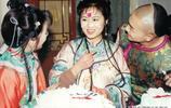 還珠格格劇組紫薇過生日的一組老照片 太珍貴啦大家都笑成了花