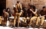 以色列女兵上街都是槍不離手