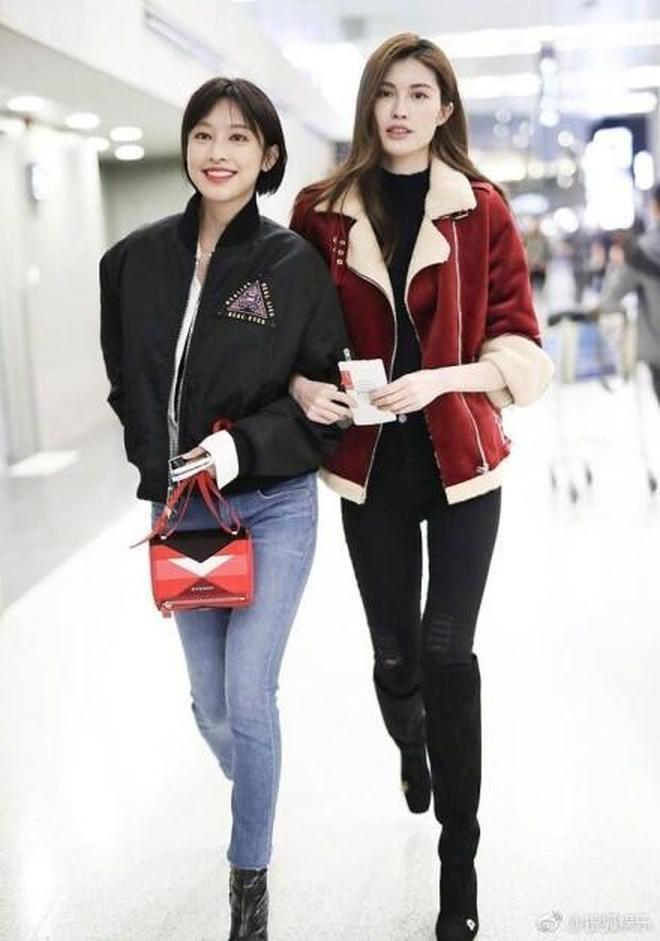 中國好姐妹!張儷何穗機場偶遇,親親抱抱依偎肩頭還踢踢腿