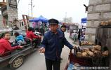 66歲勤勞大叔農村大集上賣地方美食,6元一斤,新機器多一份收入