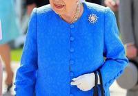 93歲英國女王穿小碎花裙好俏皮!戴復古墨鏡抹梅子色口紅時髦減齡