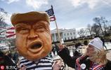 """美國民眾抗議特朗普宣佈國家進入緊急狀態 惡搞為其穿上""""囚服"""""""