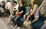 """美女在地鐵睡覺走紅,手裡""""氣囊殼""""成亮點,網友:""""真""""炫富"""