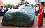 """貴州女富豪1000萬天價買""""貴州青""""奇石,重量達40多噸,長4.6米"""