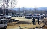 如今村裡很多戶都買了車  村裡閒置的麥場成了停車場也是一道風景