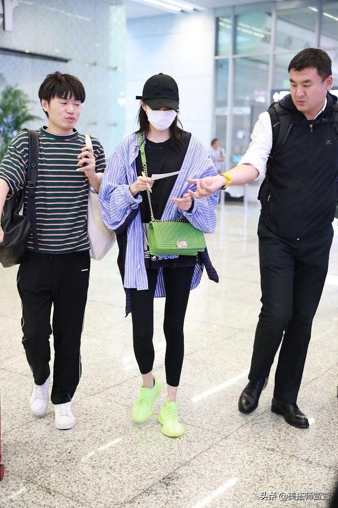 終於穿對了!關曉彤機場亮色穿搭超吸睛,口罩遮面似沒化妝