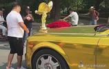 這是我見過最大的勞斯萊斯車標,網友:黃金歡慶女神太耀眼了