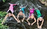 """女子帶3胞胎女兒扮演""""美人魚"""",山谷溪流中暢遊,母女4人成網紅"""