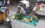 藍河攝影 實拍農村老大爺在集市上賣菜,一天最多賺20塊錢,實屬可憐,老人還說就這都花不完!