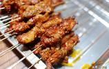 夜市上獨有的肉夾饃,剛烤好的肉筋夾饃別提多香了,吃的簡直太爽