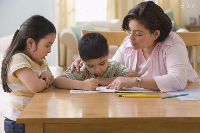 現在學校老讓孩子們辦手抄報,因為孩子們不會一般都是家長給設計,這有什麼意義?