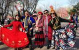 """有一種追求叫""""無齡感"""",看這群公園裡專跳新疆舞的老人如何詮釋"""