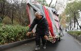 65歲老漢拉板車窮遊,曾被拖拉機撞散架,南轅北轍5個省走了1年半