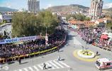塞爾維亞成千上萬群眾揮舞國旗聚集街頭,這次絕不是抗議……