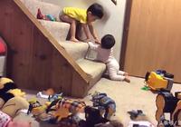 3歲哥哥想辦法幫10個月的妹妹上樓,接下來哥哥的舉動,超暖心!